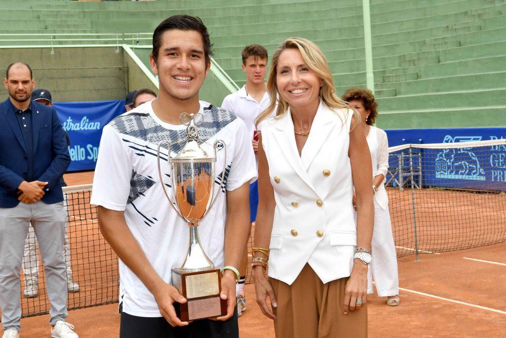Il vincitore del torneo maschile 2021, il peruviano Gonzalo Bueno, con il Trofeo Bonfiglio e la presidente del Tc Milano A. Bonacossa Elena Buffa di Perrero (foto Francesco Panunzio)